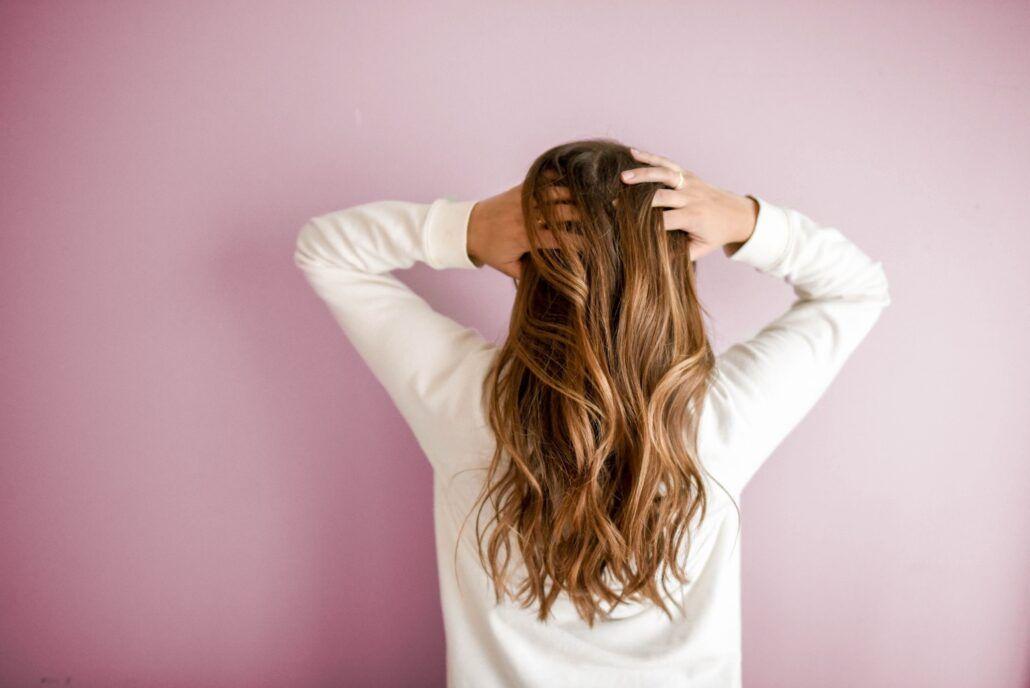 Zdravé vlasy - žena držiaca sa za vlasy