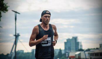 Ak chcete behať rýchlo, musíte sa naučiť behať pomaly, odporúča bežecký tréner