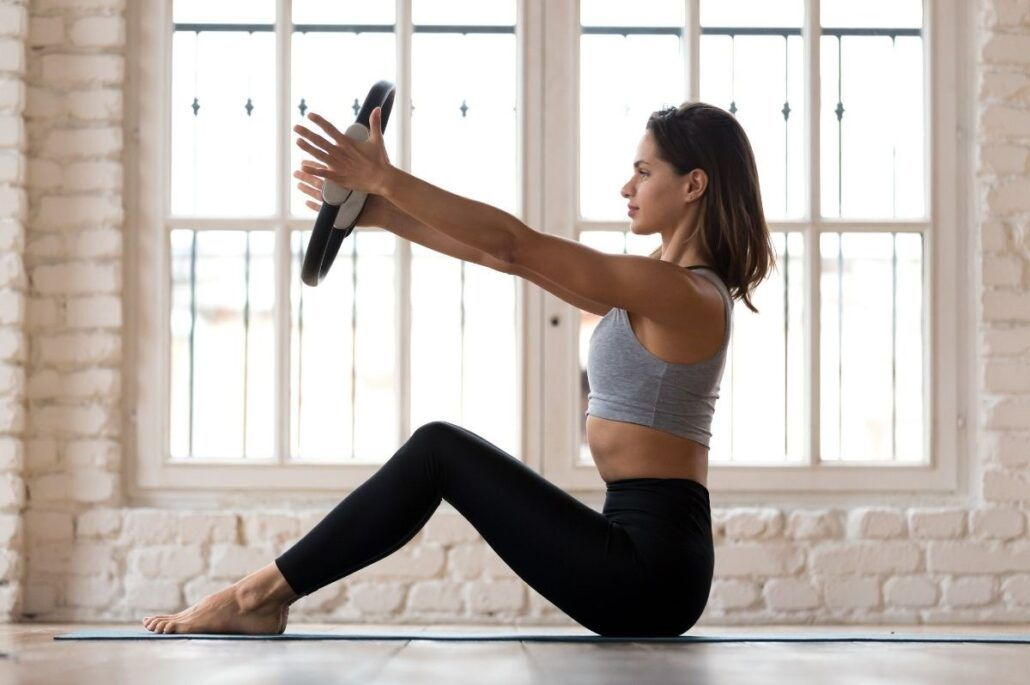 Bolesť kĺbov - žena cvičiaca so závažím