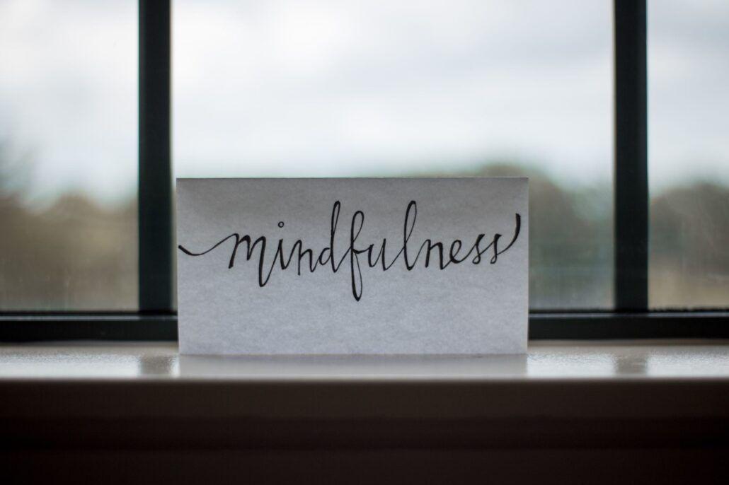 Mindfulness - nápis na papieri položený na okne