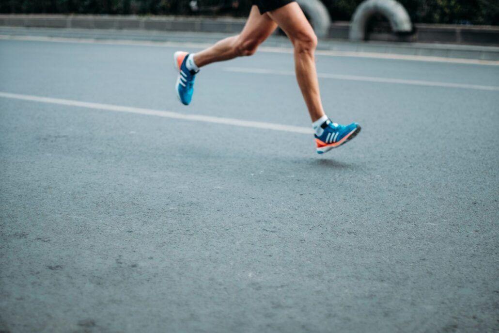 Záber na nohy bežca