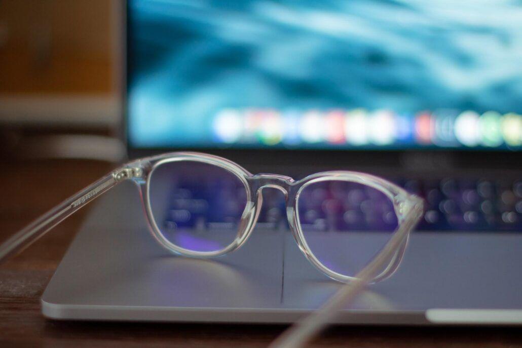 Zdravie očí - okuliare na čítanie na notebooku