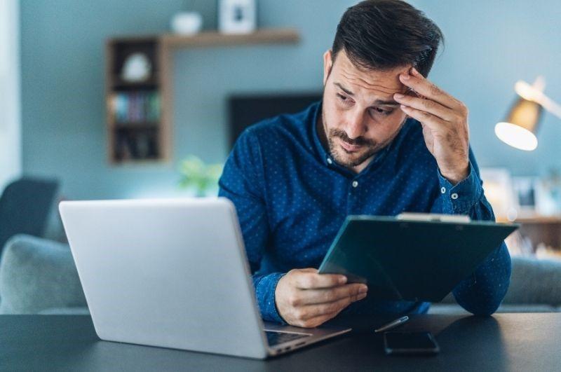 Online únava - muž na homeoffice