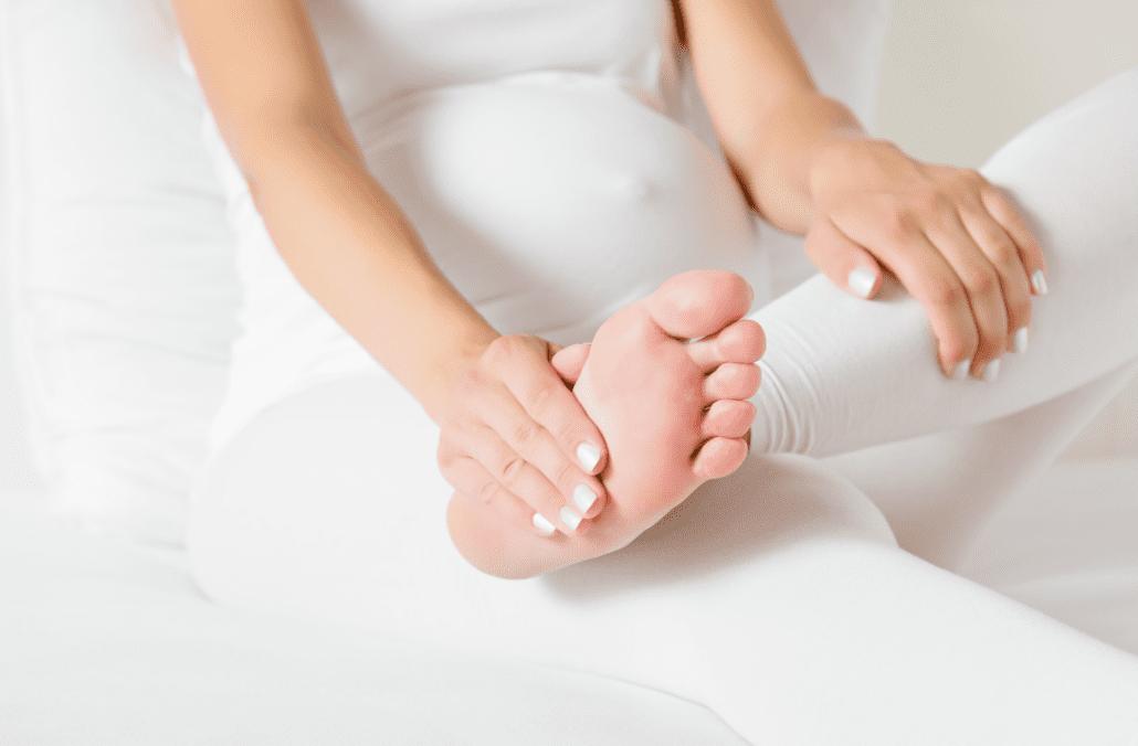 Opuchnuté nohy - tehotná žena s vyloženou nohou