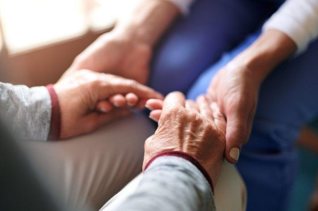 Mindfulness - starší ľudia držiaci sa za ruky