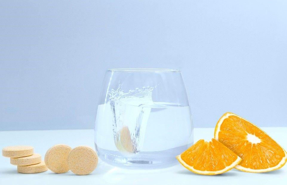 Vitamín C - šumivé tablety v pohári