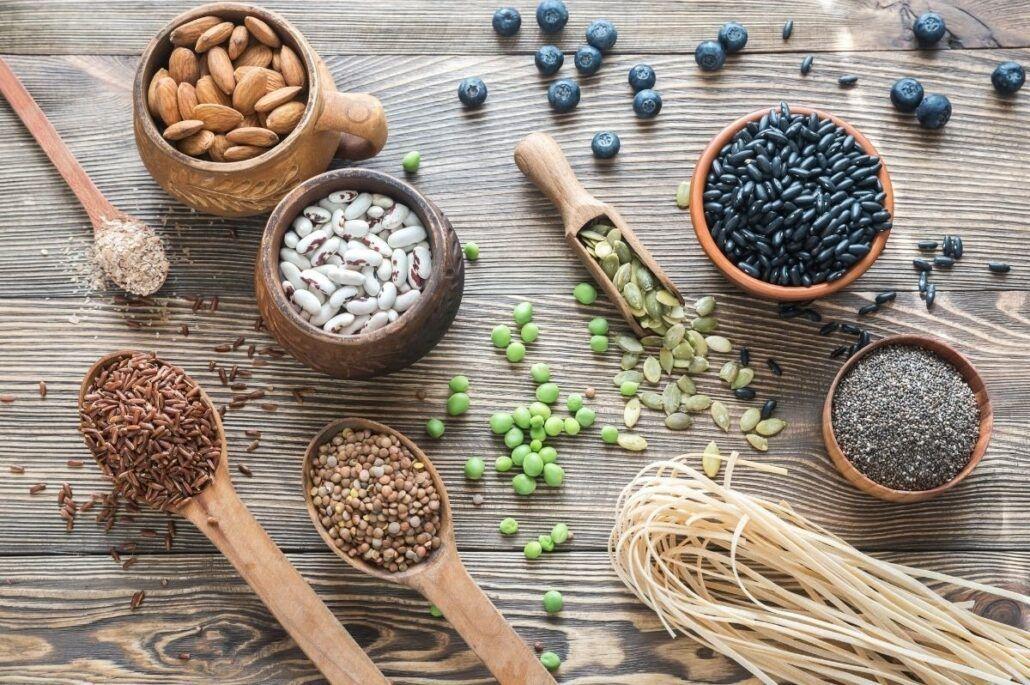 Vláknina - semiačka, strukoviny a cestoviny na stole